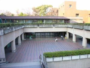 階段を下りると入り口:東京都美術館