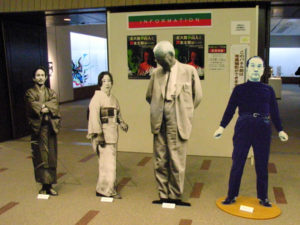 左から、太郎の父・一平、太郎の母・かの子、魯山人、岡本太郎:山形美術館で『北大路魯山人と岡本太郎展』