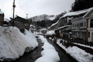 坂道を下り、奥の橋から銀山温泉に入る:銀山温泉 -2008年2月10日-