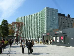 入口までの広場:国立新美術館で「巨匠ピカソ 愛と創造の軌跡 」を観る