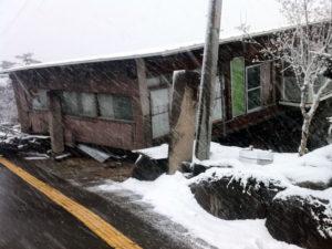 自宅近所では1回が倒壊した建物も…。:東日本大震災