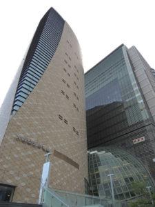 右の建物はNHK大阪放送局:大阪歴史博物館へ行く