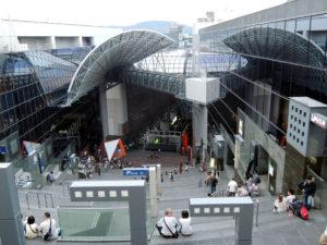 屋上まで続く階段:京都駅をぶらぶらする