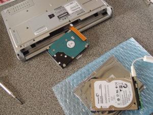 HDDはバッテリーの奥にある:SSHDに換装