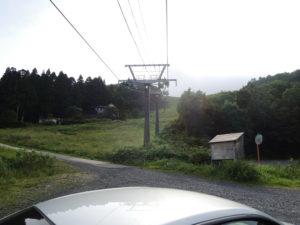 ここに車を止めて、ゲレンデを登っていく。
