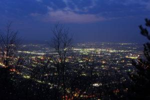 展望台の上より:山形市、千歳山からの夜景 - 2015年4月