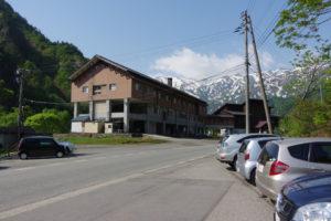 梅花皮荘の駐車場:飯豊連峰の展望台、倉手山に登る。