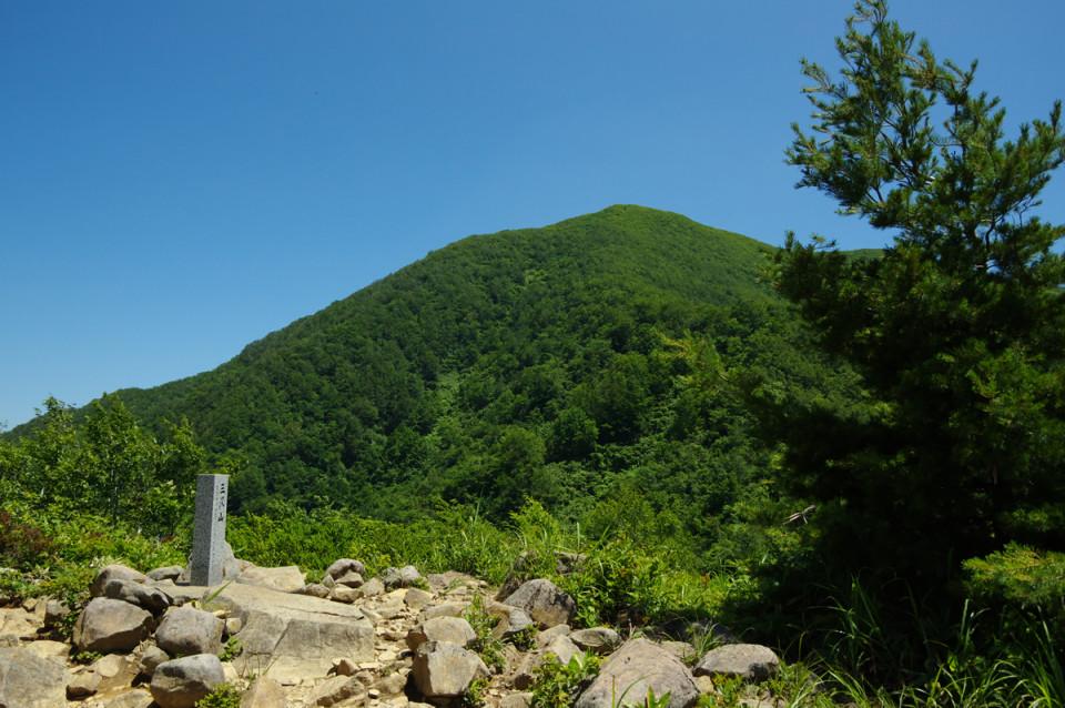 しばらく登ると三沢山の頂上:天童高原から北面白山に登った - 2015年7月