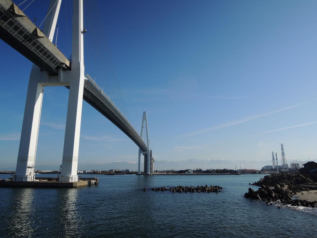 富山新港に架かる新湊大橋を歩く