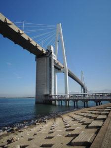 新湊大橋の歩行者通路の入口