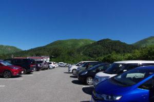 駐車場はほぼ、満車:月山に登る - 2018年8月