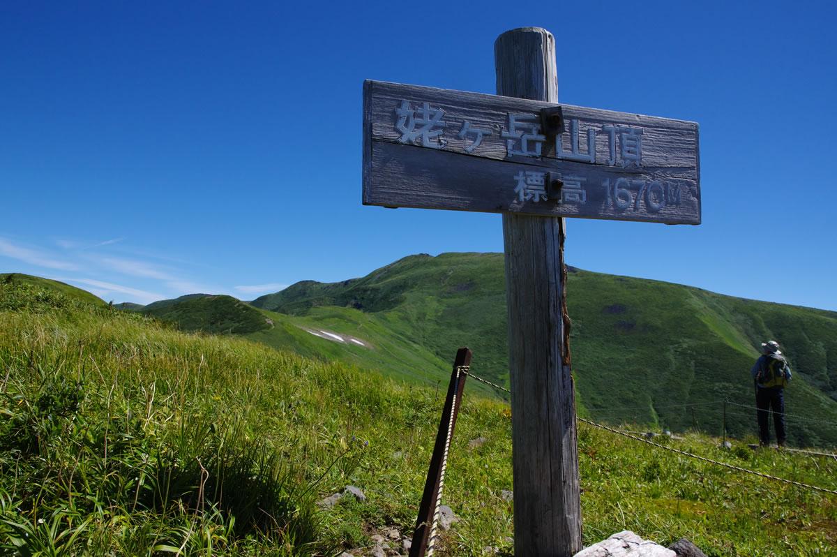 案内板の奥は月山山頂:月山に登る - 2018年8月