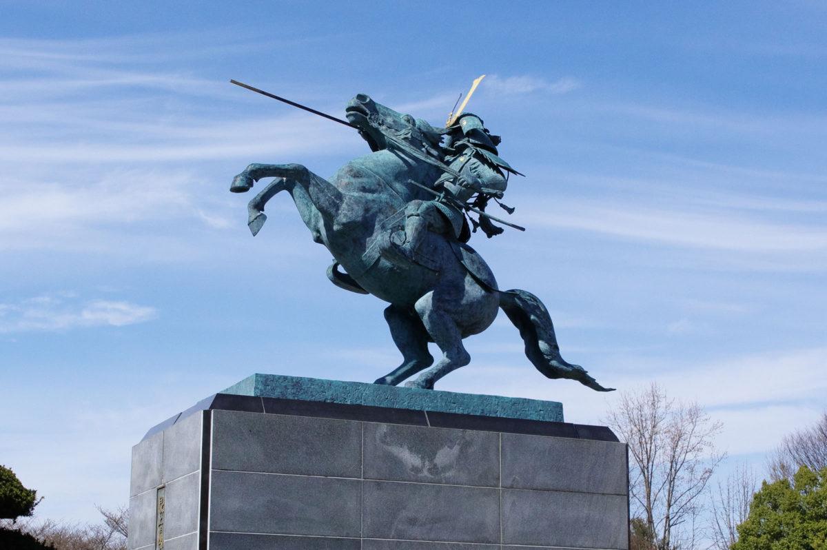 霞城公園の最上義光騎馬像:後ろの二本足で立っている